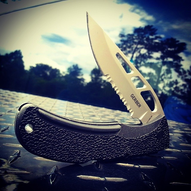 This E-Z Out Skeleton Serrated model 06751 will chew through just about anything! gerbergear ezout skeleton knife edc knifesaturday bite design